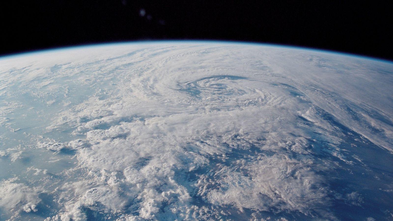 Obwohl der magnetische Nordpol schon immer gewandert ist, rast er nun geradezu über die Nordhalbkugel – ...