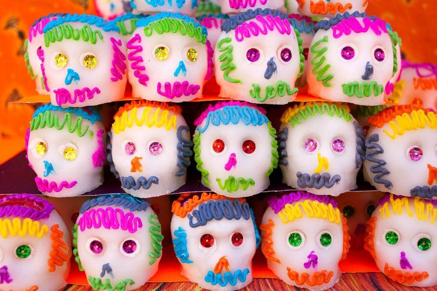 In ganz Mexiko werden Zuckerschädel in vielen Farben und Größen verkauft. Dieser farbenfrohe Haufen im Mercado ...