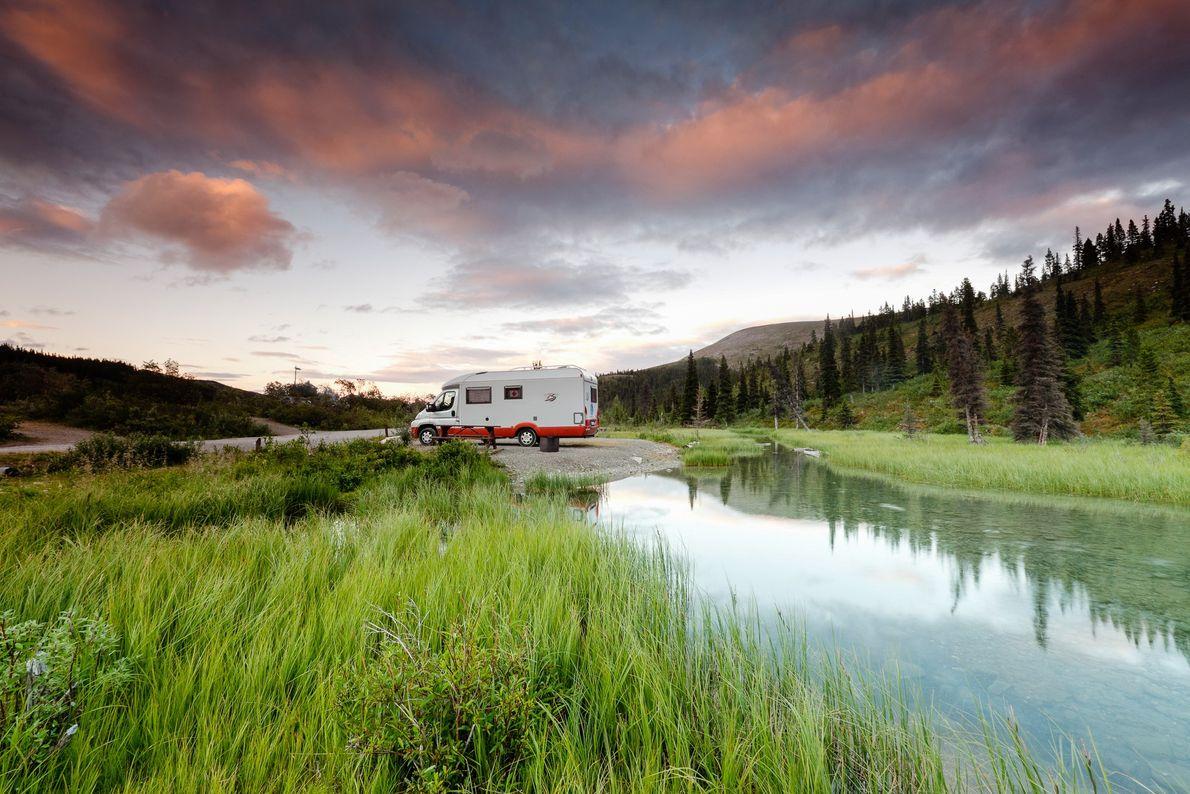 Ein Campingplatz des Summit Lake Campground im Stone Mountain Provincial Park, British Columbia.