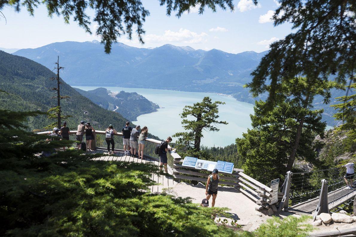 Die Aussichtsplattform der Summit Lodge mit Blick auf den Howe Sound.
