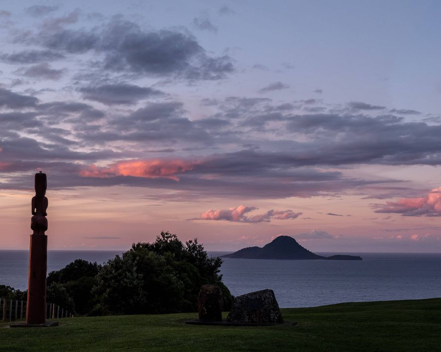Sonnenuntergang in Whakatāne, einer Stadt an der Ostküste der Bay of Plenty in Neuseeland.