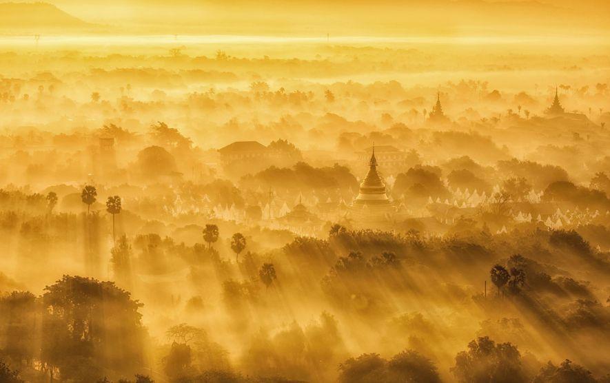 Sonnenaufgang über Mandalay, Myanmar. Der Your Shot-Fotograf Weng Sang Wong erklomm am frühen Morgen einen Berg ...
