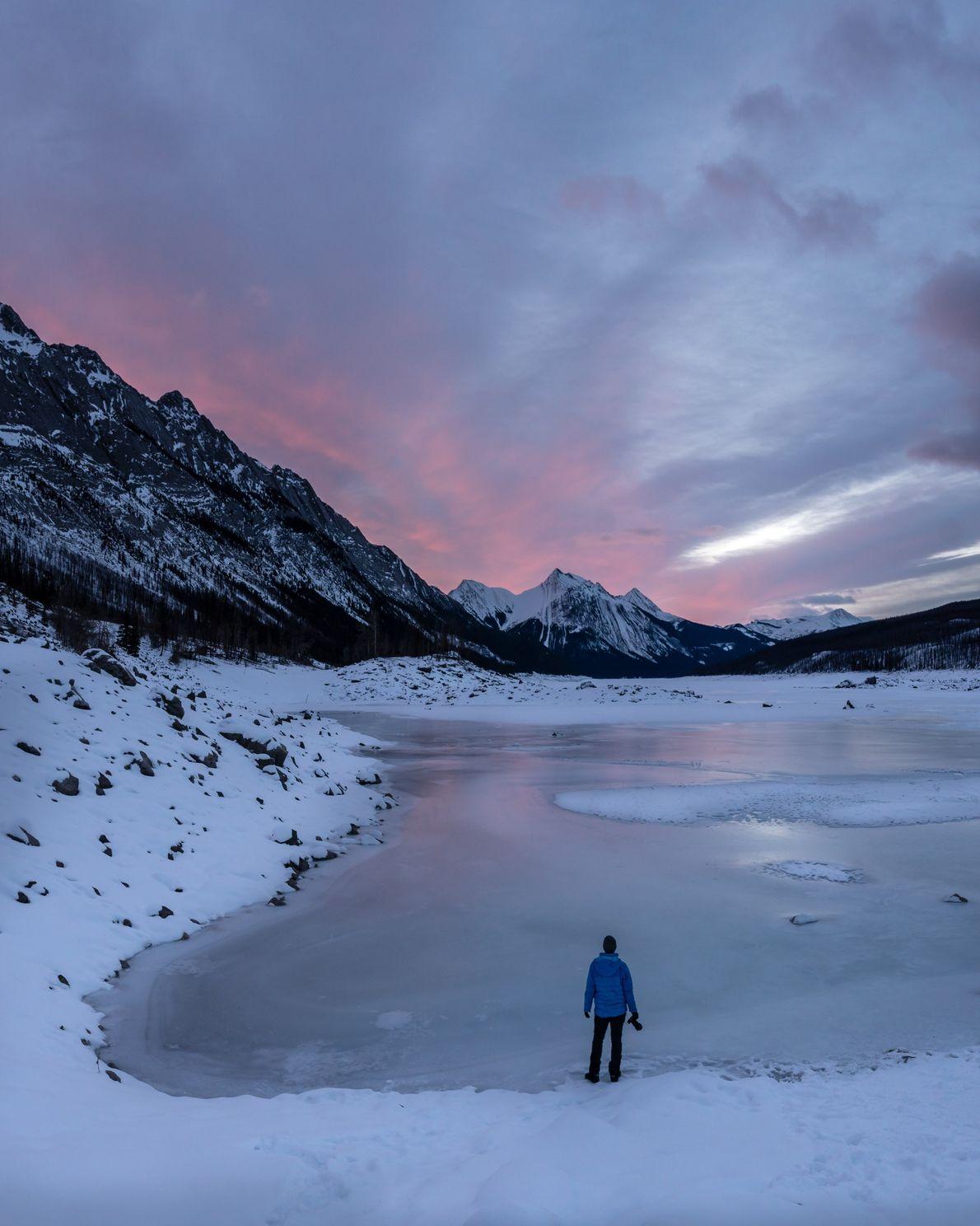 Über dem Medicine Lake im Jasper Nationalpark geht die Sonne auf. Der See liegt etwa 25 ...