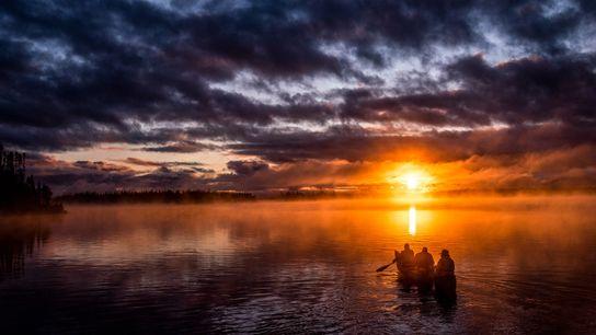 Die Bosum-Familie paddelt im Sonnenuntergang auf dem Opemisca, Oujé-Bougoumou, Québec.