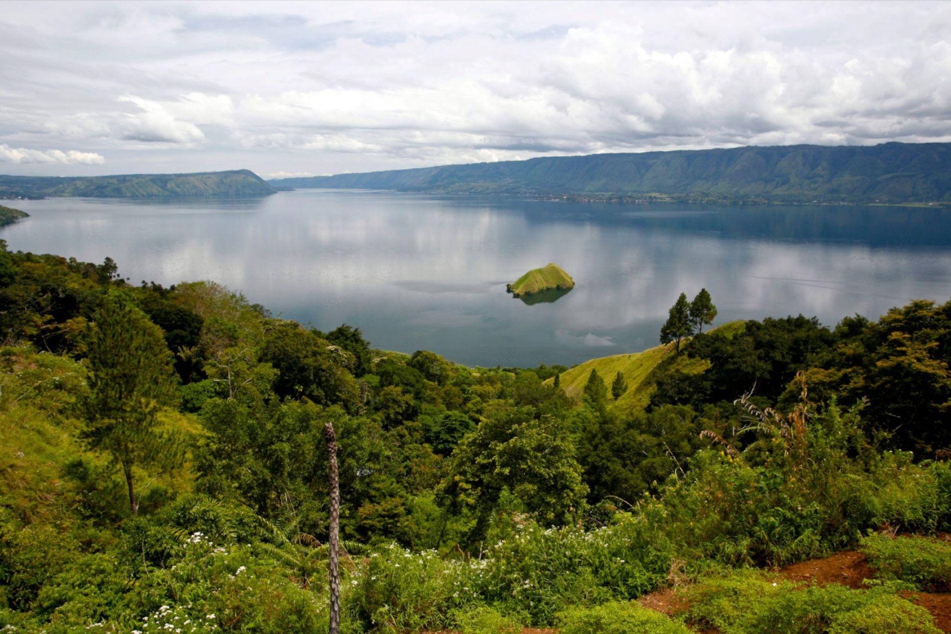 Vor etwa 74.000 Jahren ereignete sich der größte Vulkanausbruch der letzten zwei Millionen Jahre auf der Insel Sumatra. Dadurch entstand eine 100 Kilometer lange Caldera, in der sich mittlerweile ein großer Vulkansee befindet.