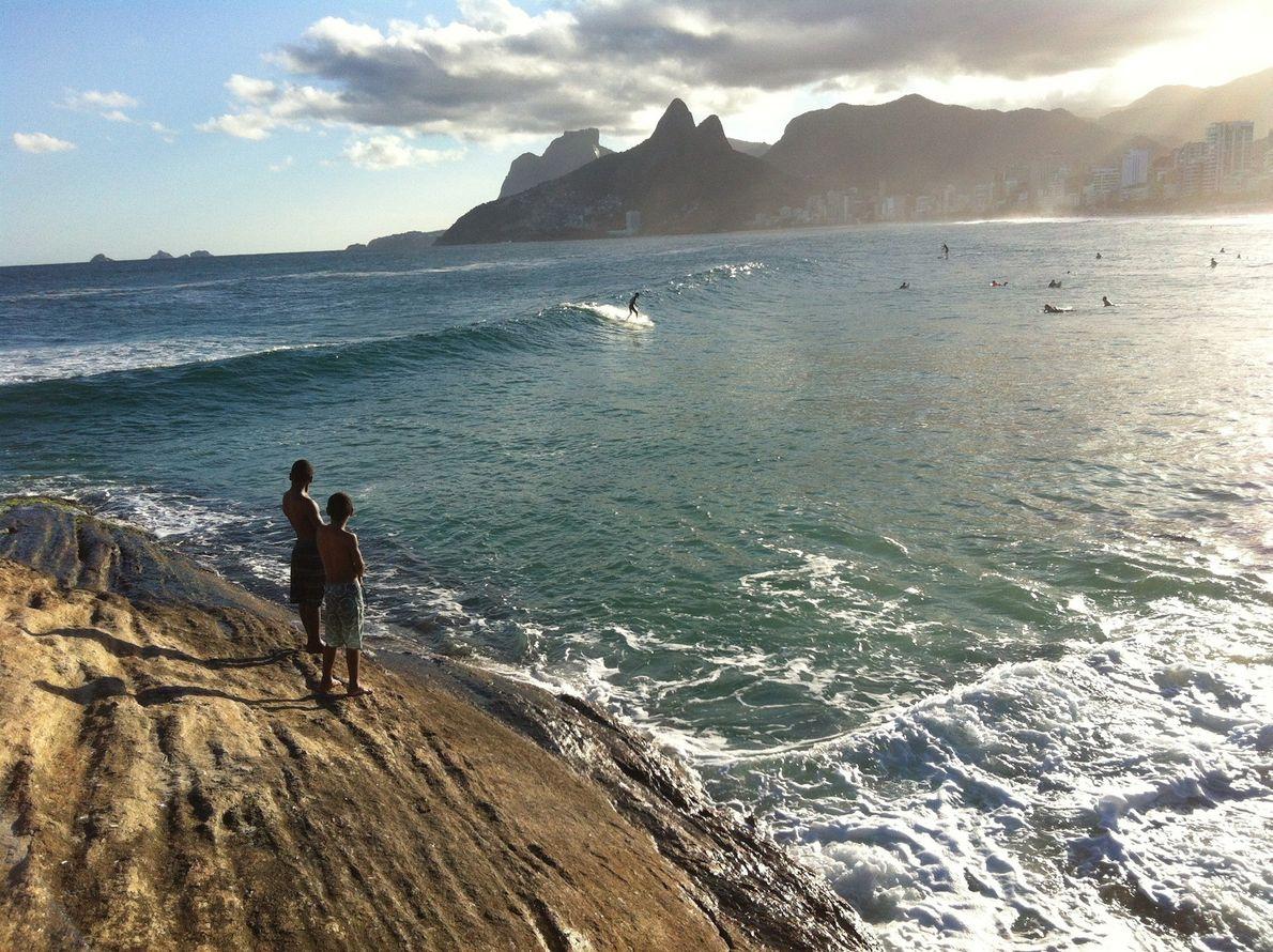In Brasilien ist ein Felsvorsprung am Arpoador Beach von Rio de Janeiro nicht nur ein guter ...