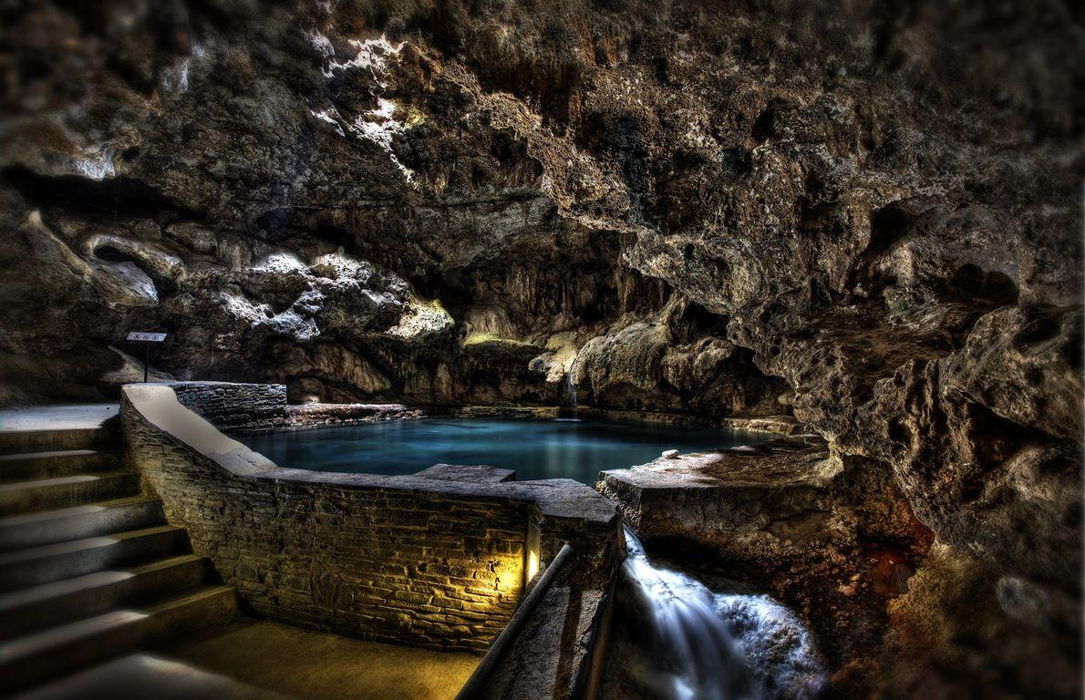 Bei der Lantern Tour der Cave and Basin National Historic Site können Besucher im schummrigen Schein ...