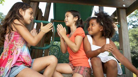 Wenn ein junges Kind zum ersten Mal die Unterschiede zwischen den Hautfarben anspricht, lässt sich darüber ...