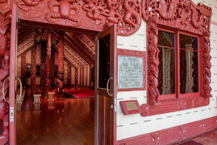 Die Waitangi Treaty Grounds sind reich an Geschichte und Schönheit. Das Versammlungshaus besitzt innen und außen ...