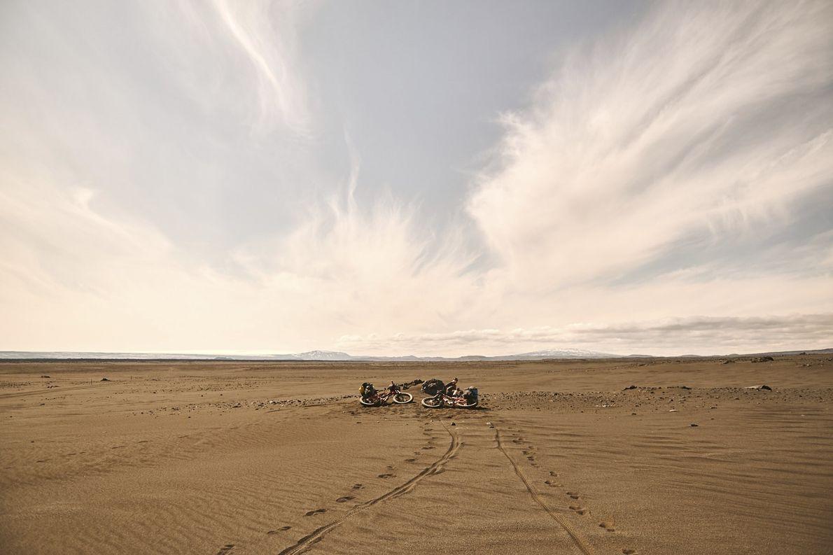 Tag 6: Der härteste Teil der Tour führt durch Sandwüste. Drei Stunden nach Abfahrt haben wir ...
