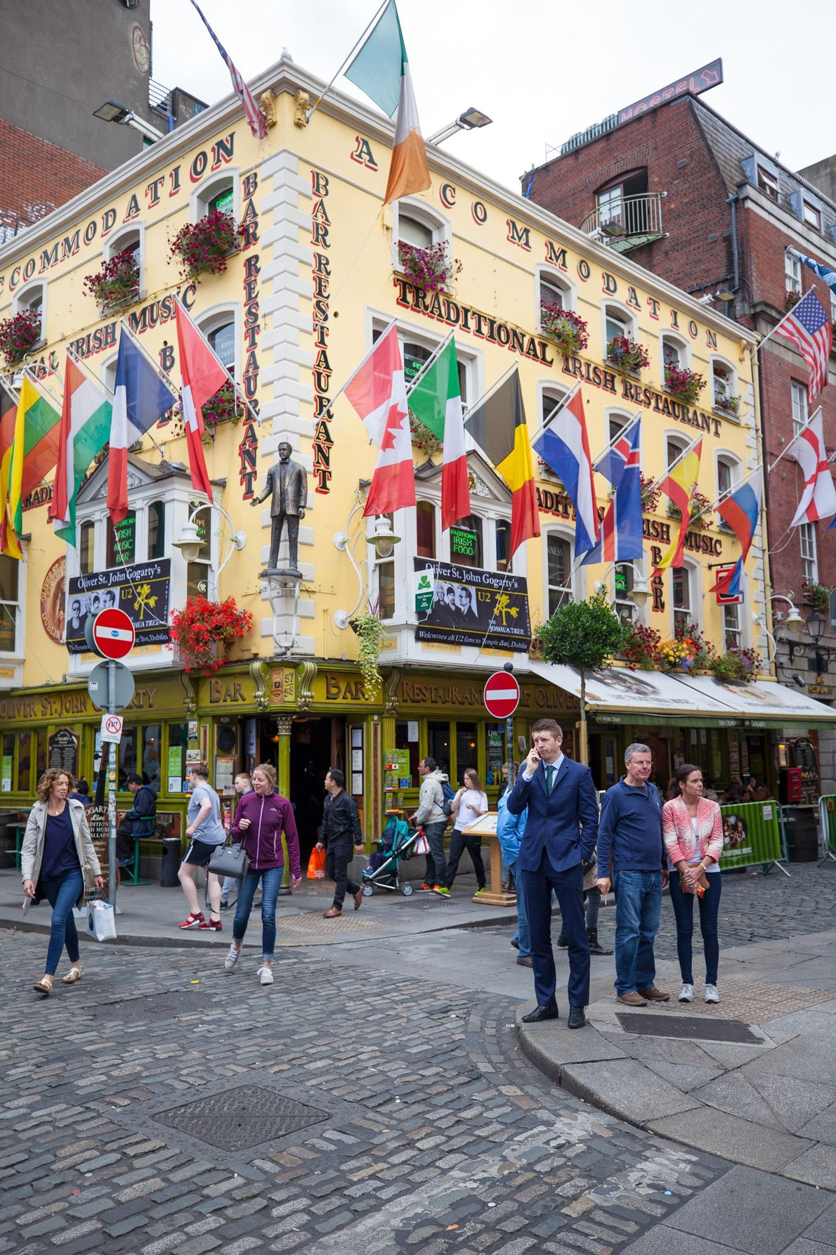 Fußgänger laufen durch den geschäftigen Stadtteil Temple Bar in Dublin.