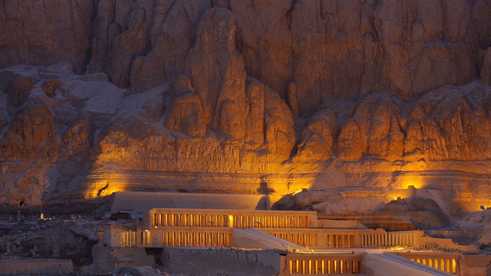 Der Totentempel der Hatschepsut wird nach Sonnenuntergang beleuchtet.