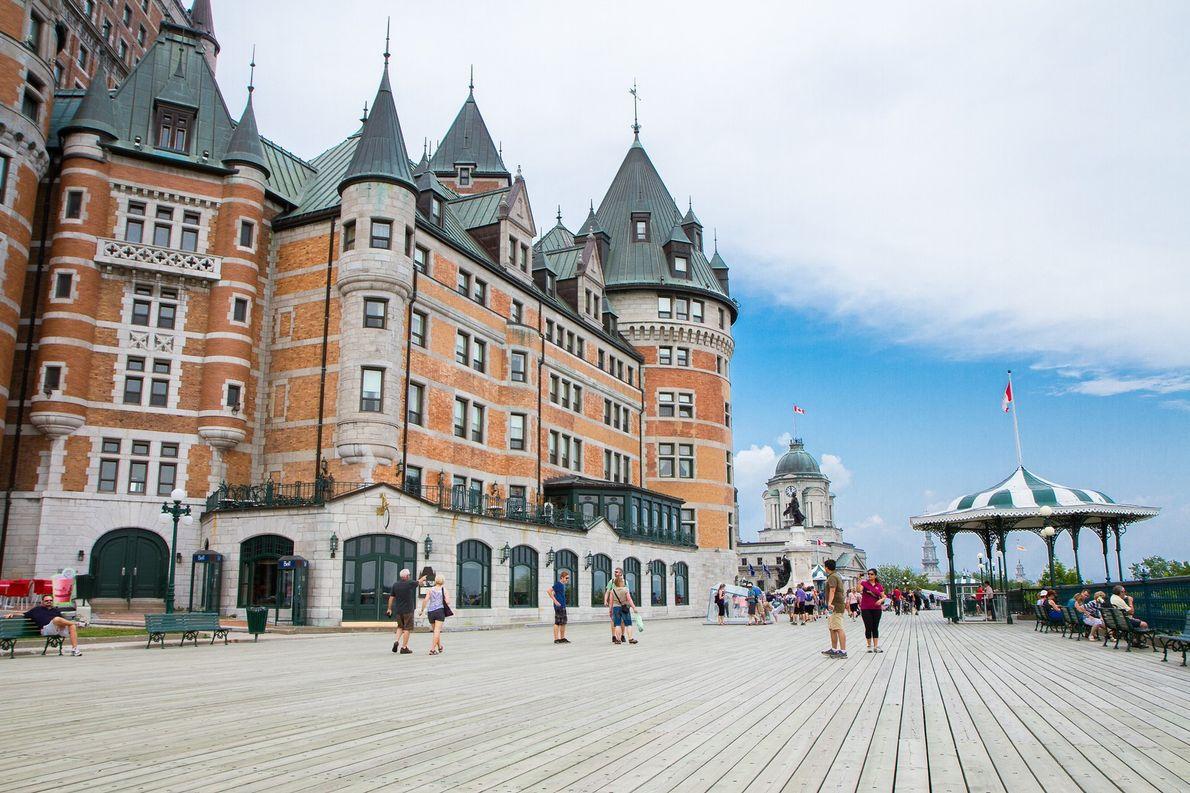 Blick auf die Terrasse Dufferin. Der Fußweg führt um das Château Frontenac herum und bietet einen ...