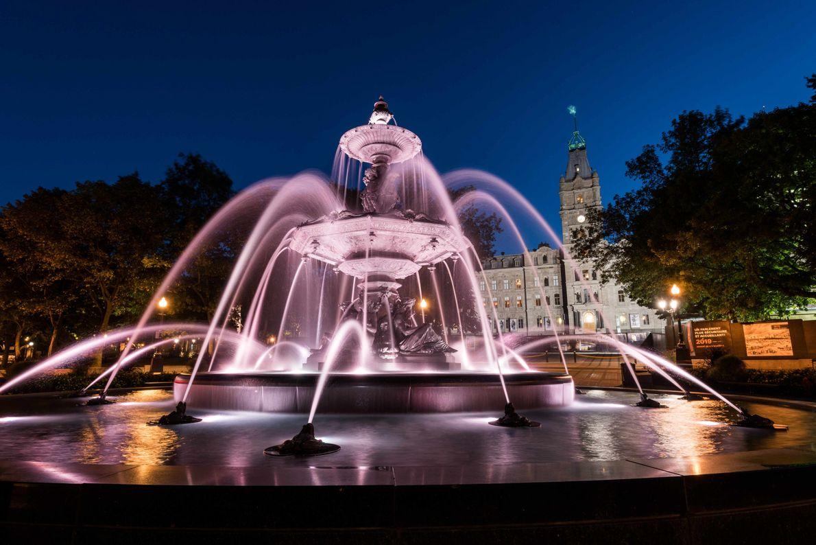 Die Fontaine de Tourny vor dem Parlamentsgebäude erstrahlt im Glanz ihrer nächtlichen Beleuchtung.