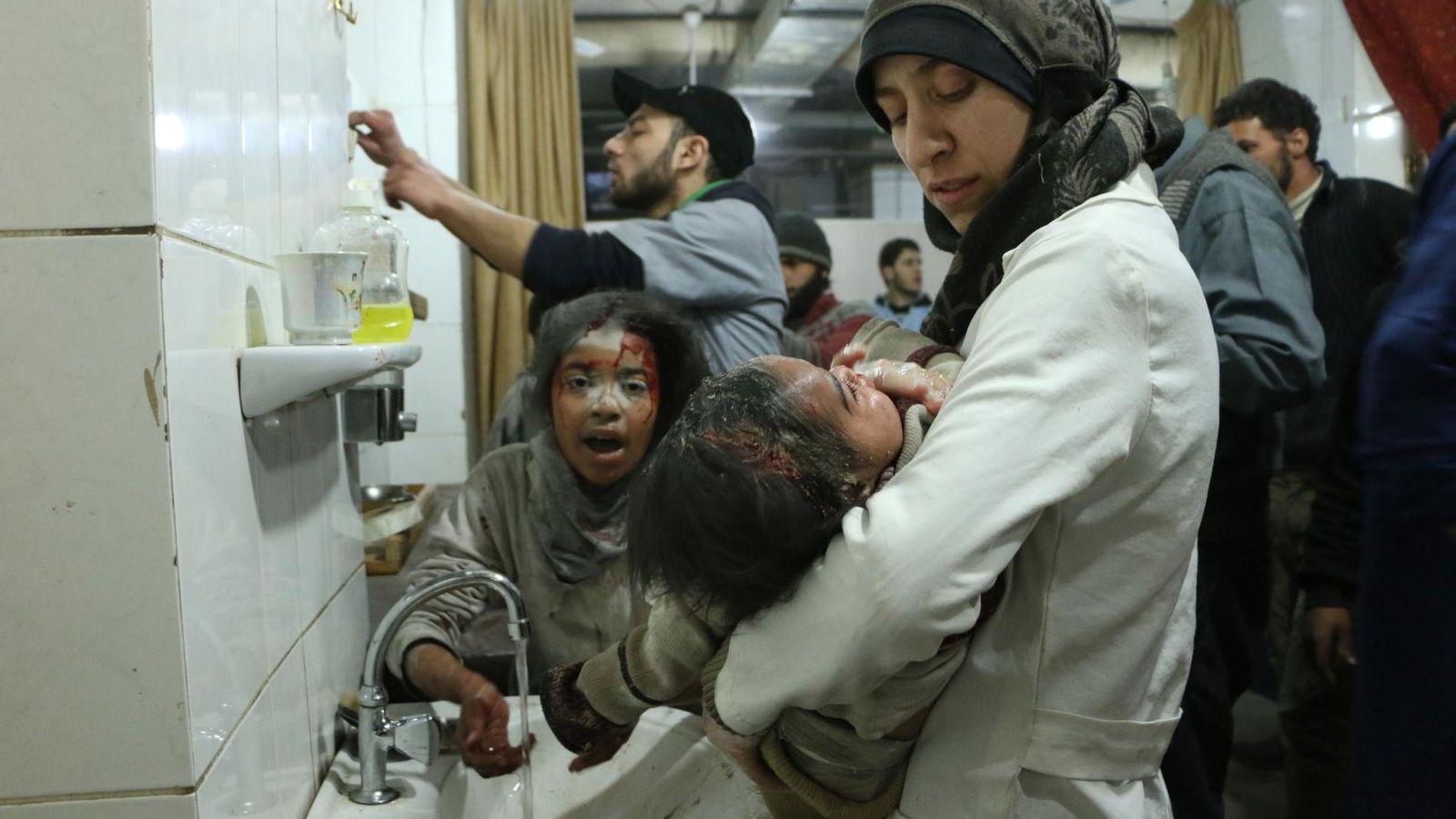 Al Ghouta, Syrien. Dr. Amani (rechts) behandelt zwischen anderen Verletzten und medizinischem Personal ein verletztes Baby.