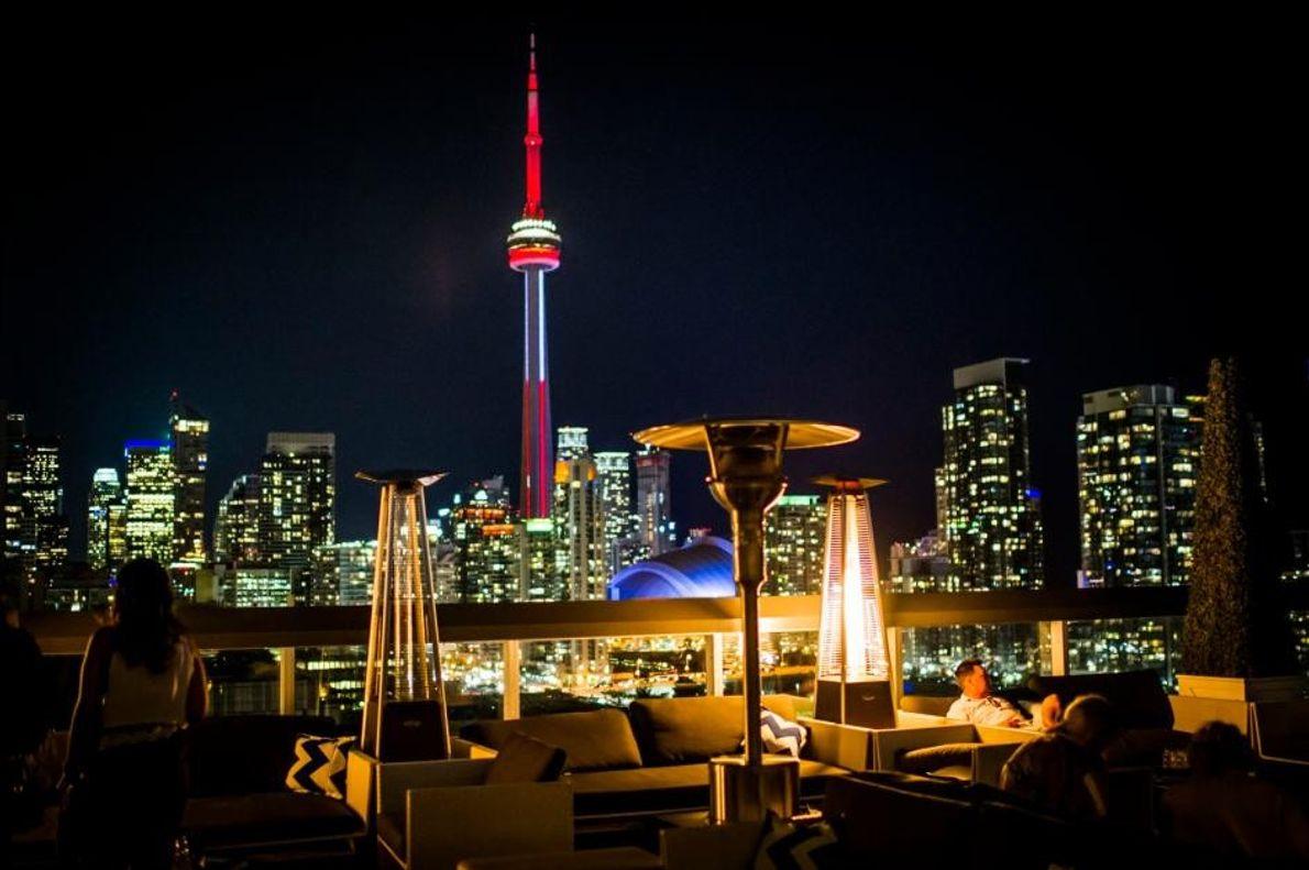 Blick auf das nächtliche Toronto von der Rooftop Lounge des Thompson Hotels.