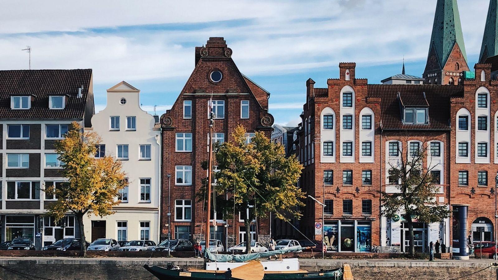 Bei einer Kanal- oder Hafenrundfahrt mit einem Ausflugsschiff eröffnen sich ganz neue Perspektiven auf die Altstadt.