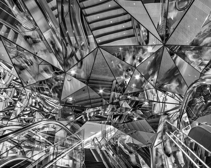 Diese Aufnahme des Tokyu Plaza in Tokios Omotesando Harajuku illustriert die Vorstellung einer Vielzahl von Orten ...
