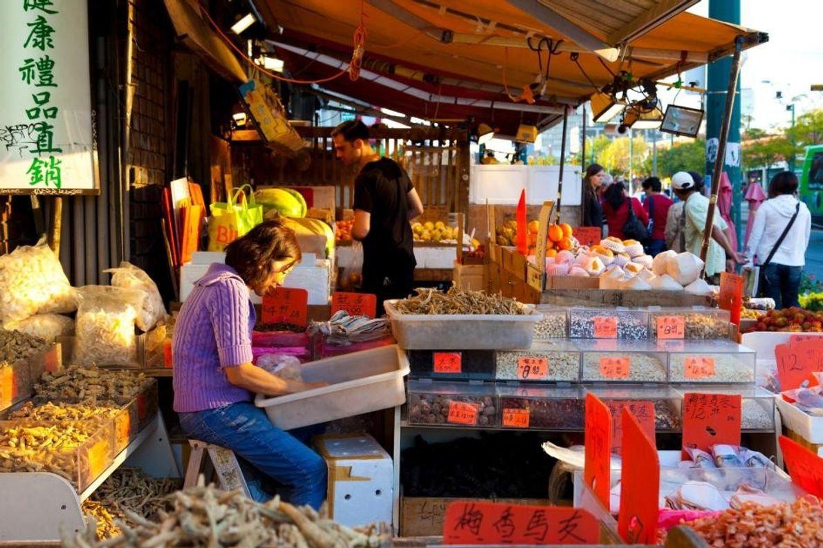 In Torontos Chinatown finden sich viele bunte Märkte, auf denen Besucher eine große Bandbreite authentischer Lebensmittel …