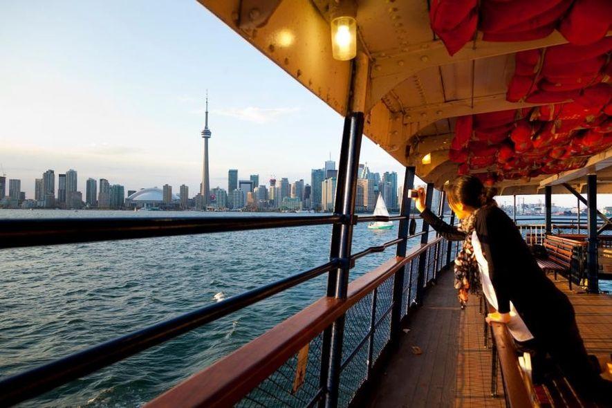 Bei einer Fährfahrt zum Center Island bietet sich Besuchern ein großartiger Blick auf die Skyline von ...