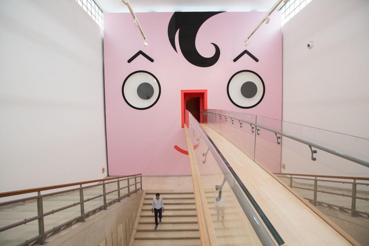 Wand mit Gesicht bemalt