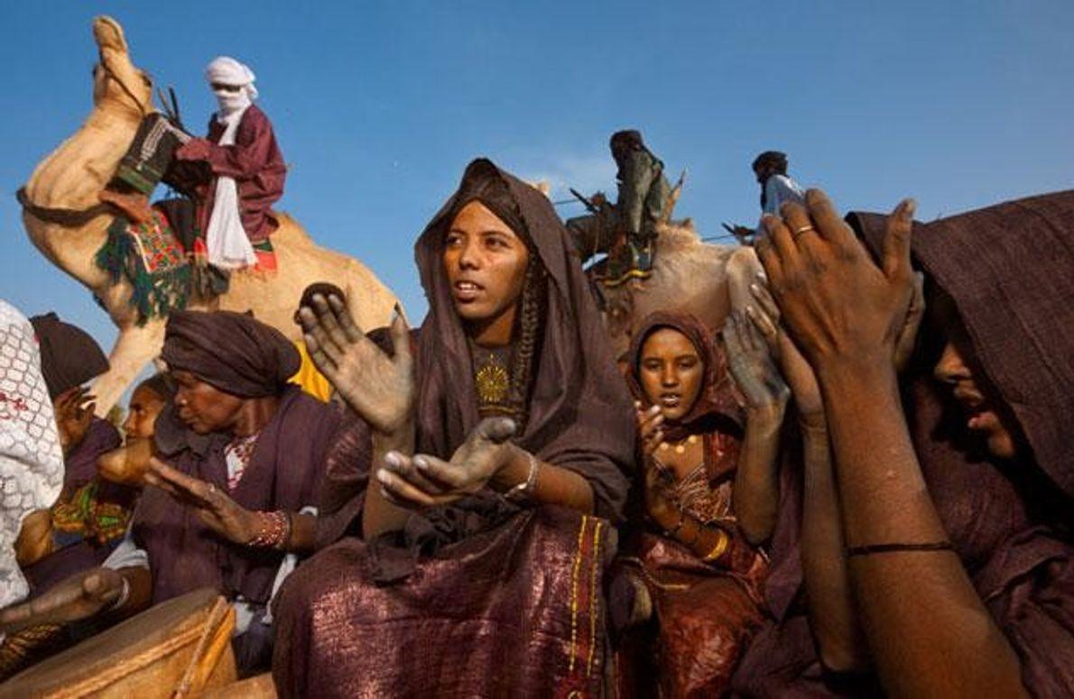 In Festtagskleidung feiern Tuareg-Frauen die Geburt eines Kindes. Frauen bedecken hier fast nie ihr Gesicht. Es …