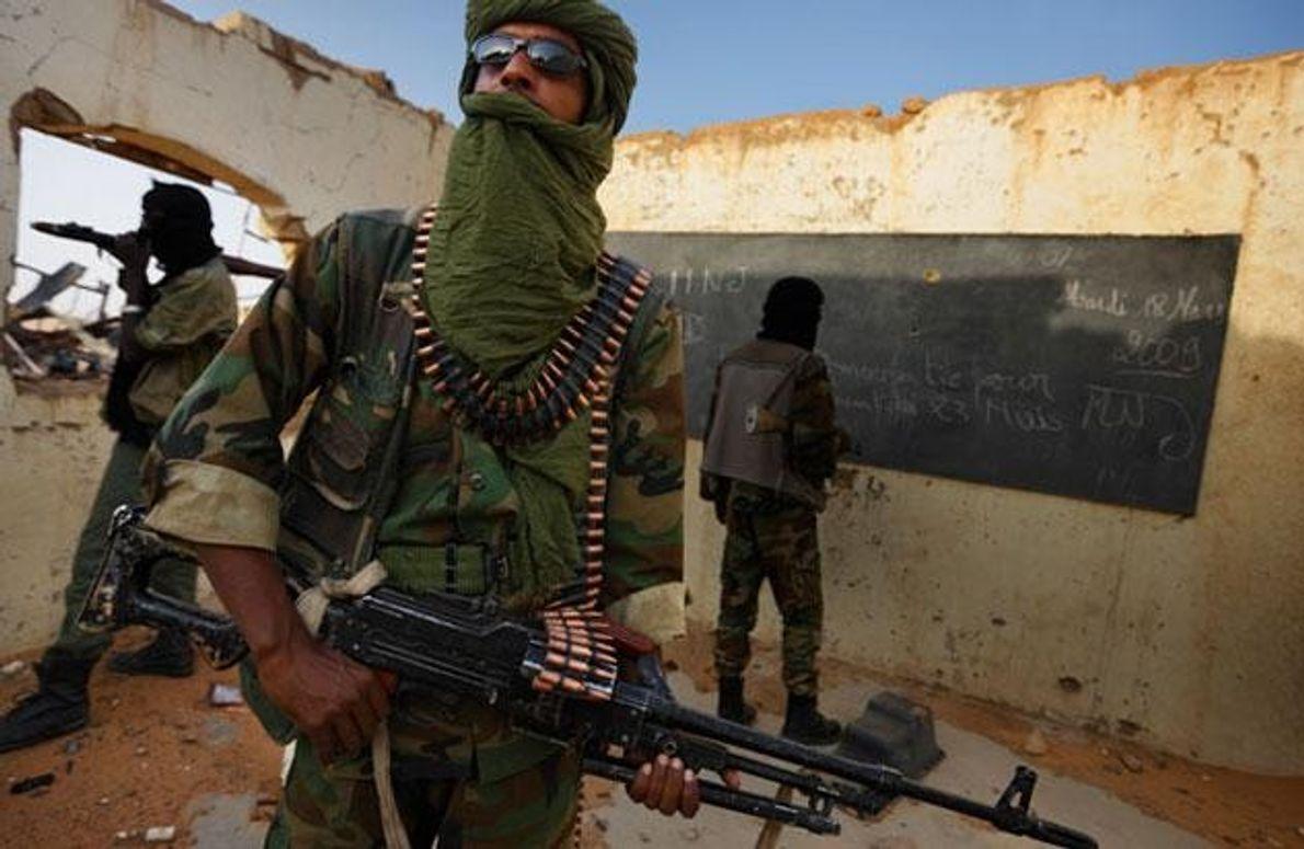Tuareg-Kämpfer vor einer zerstörten Schule in Niger. Hier und im Nachbarstaat Mali haben sich die Tuareg …