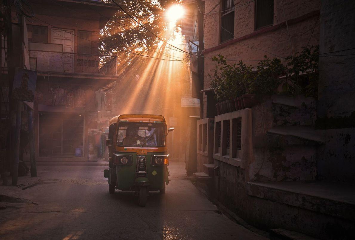 Die sanften Strahlen der Nachmittagssonne dringen in jeden Winkel und lassen Jaipur in vielfältigen Rot- und ...