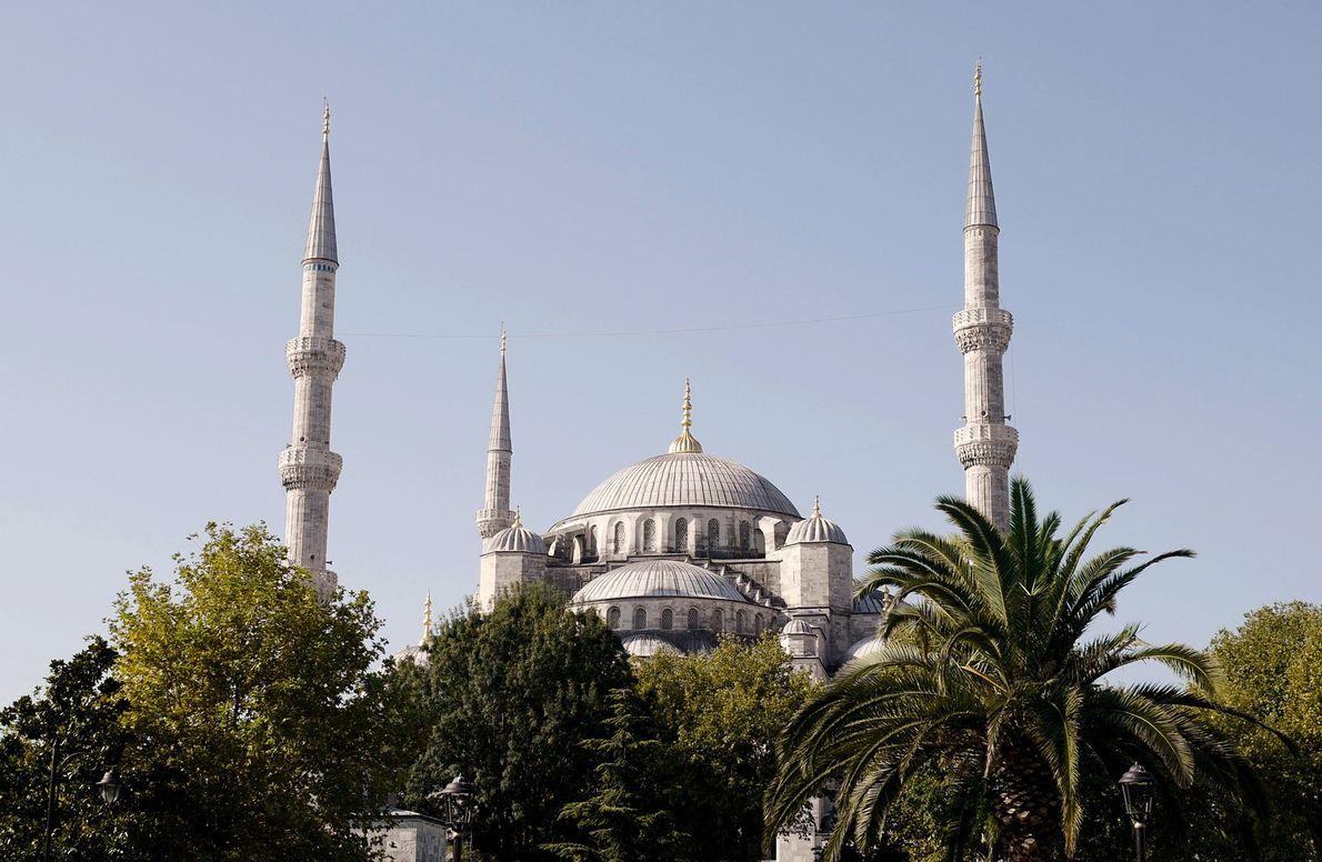 Die Sultan-Ahmed-Moschee ist eine der beliebtesten Sehenswürdigkeiten Istanbuls und wurde im 17. Jahrhundert erbaut.