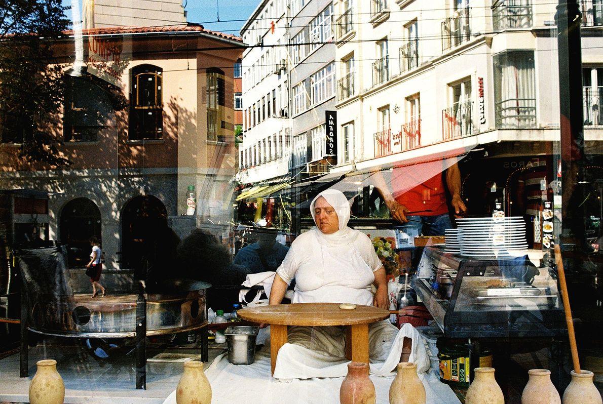 Im Herzen Istanbuls demonstriert eine Frau die traditionelle Zubereitung von Pita.