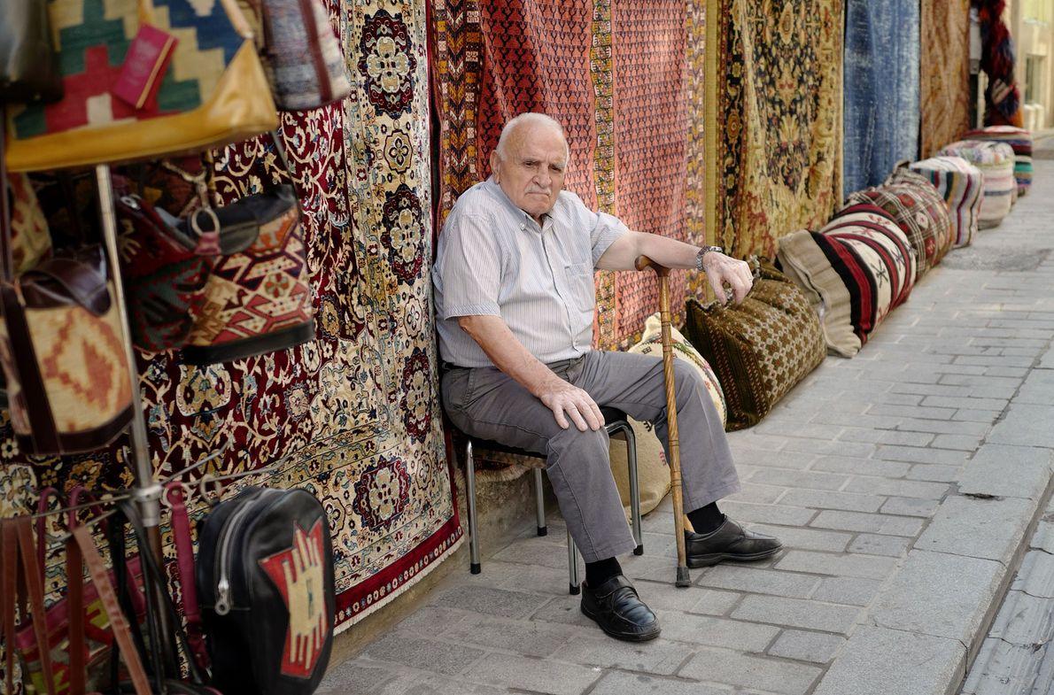 Ein Verkäufer auf dem Großen Basar wartet geduldig auf Kundschaft.