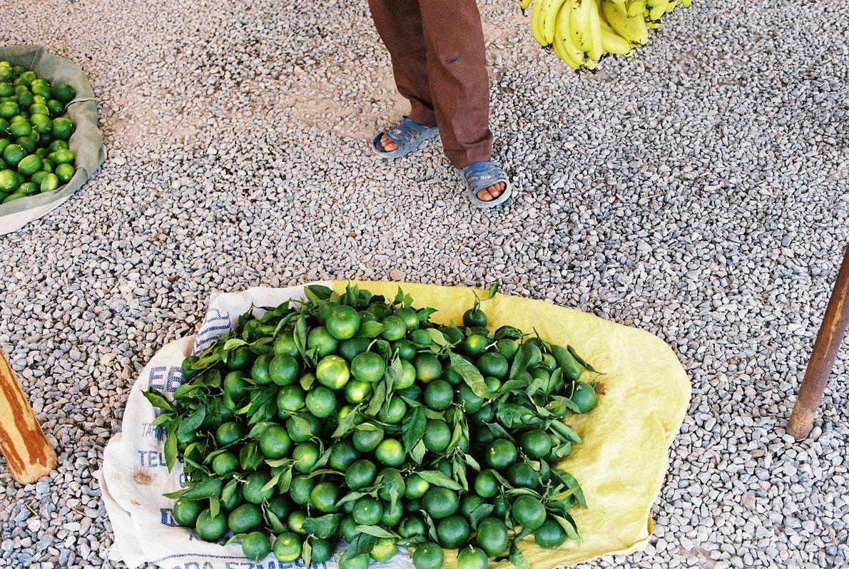 Während einer kurzen Pause an einem Marktstand in Kappadokien bietet der Verkäufer der Fotografin kostenloses Obst ...