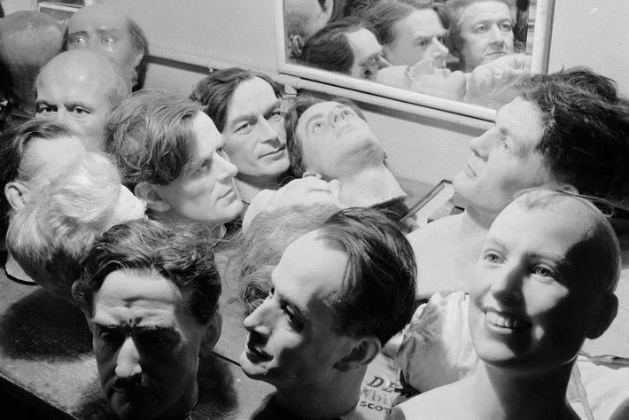 Die aus Wachs nachgebildeten Köpfe berühmter Persönlichkeiten, die bei Madame Tussauds in London auf ihre Reparatur ...