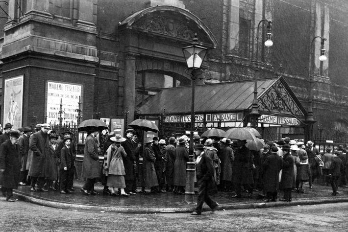 Eine wartende Menschenmenge vor Madame Tussauds an einem regnerischen Tag in London (c. 1930).