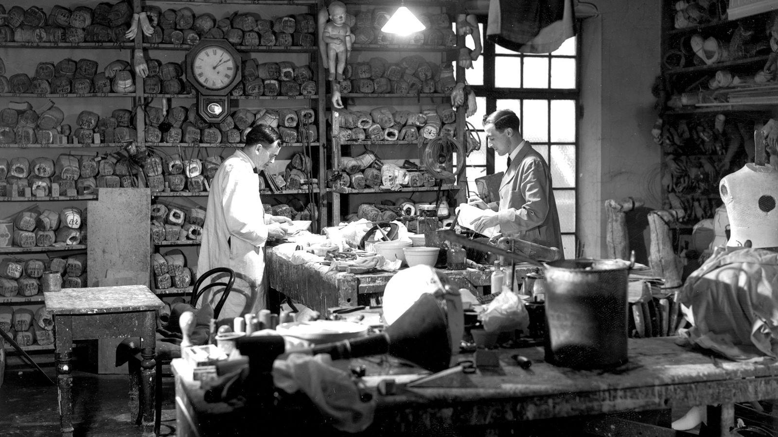 Madame Tussauds Mitarbeiter bei ihrer Tätigkeit im Wachsstudio in der Marylebone Road, London  (1939).