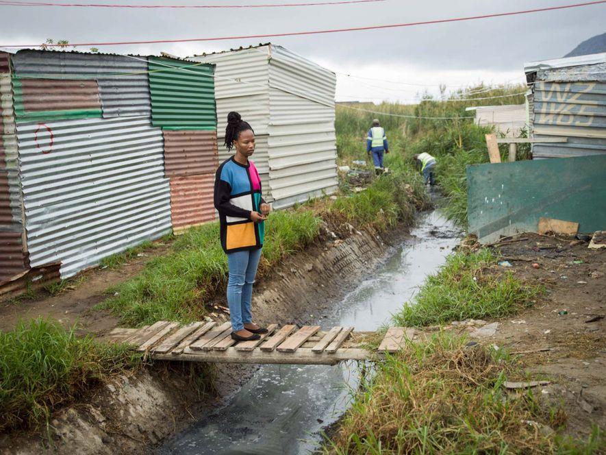 Asiphe Ntshongontshi lebt in Masiphumelele, einer Gemeinde in der Nähe von Kapstadt, die teilweise durch Feuchtgebiete begrenzt wird.