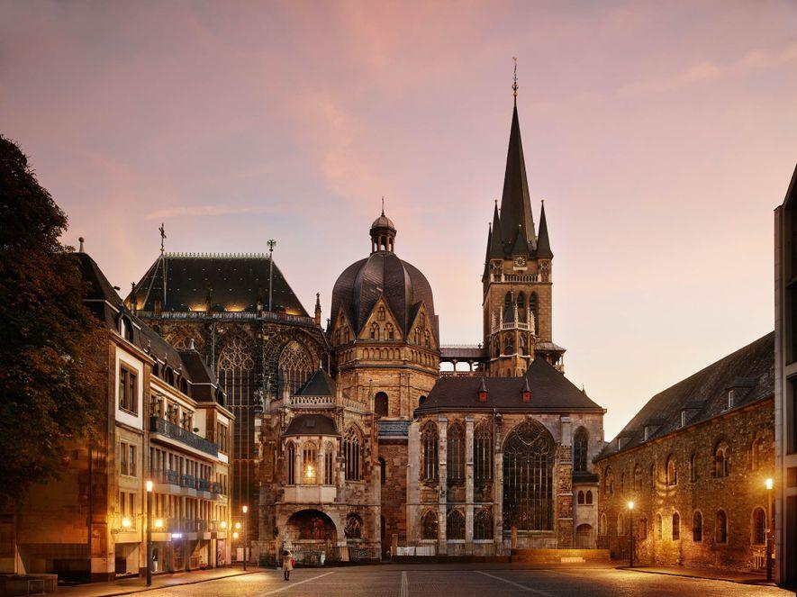 AACHENER DOM Der Aachener Dom war eine der zwölf ersten UNESCO-Welterbestätten und diente den deutschen Kaisern ...