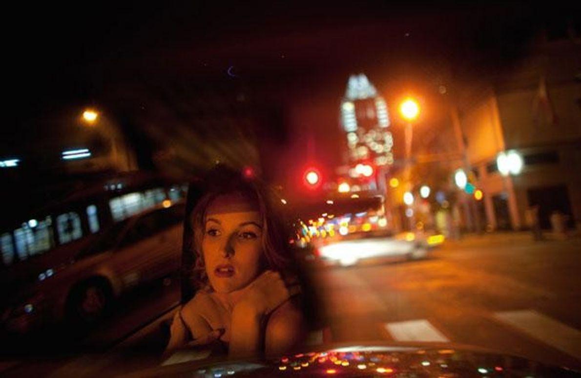 Im Rückspiegel des Autos ihrer Eltern wirkt die Oberschülerin Amy Olsen aus Austin verwirrt und verletzlich.