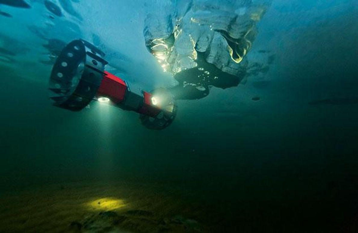 Eine Forschungssonde bewegt sich im Sukok-See in Alaska an der Unterseite des Eises entlang. Sie registriert …