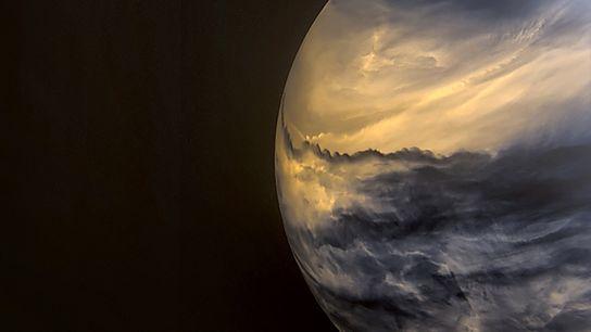 Dunkle Wolken in höheren Lagen der Venusatmosphäre verdecken die helleren Wolken in mittlerer Höhe. Dieses Bild ...