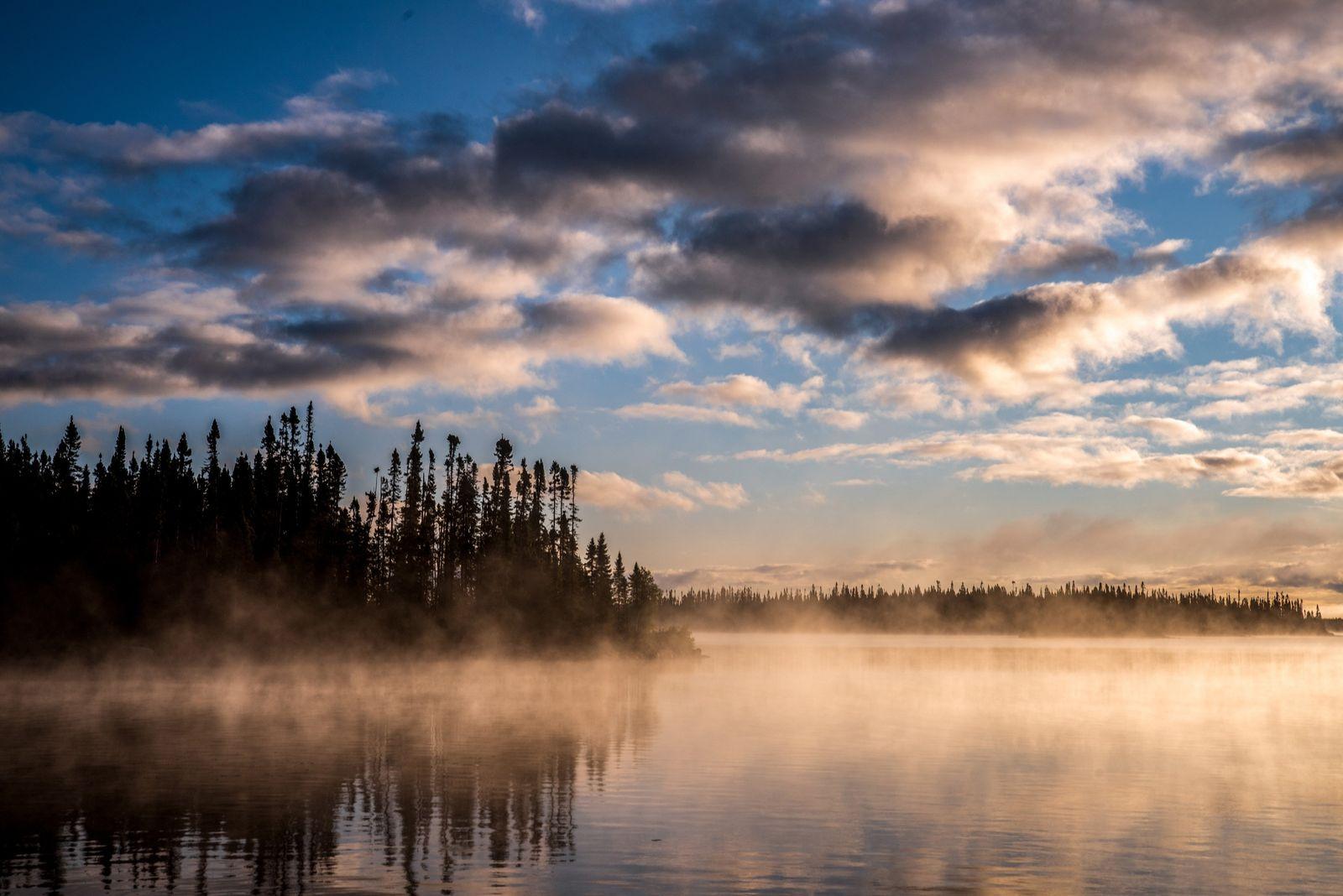 Ein nebeliger Morgen am Opemisca, Oujé-Bougoumou, Québec.