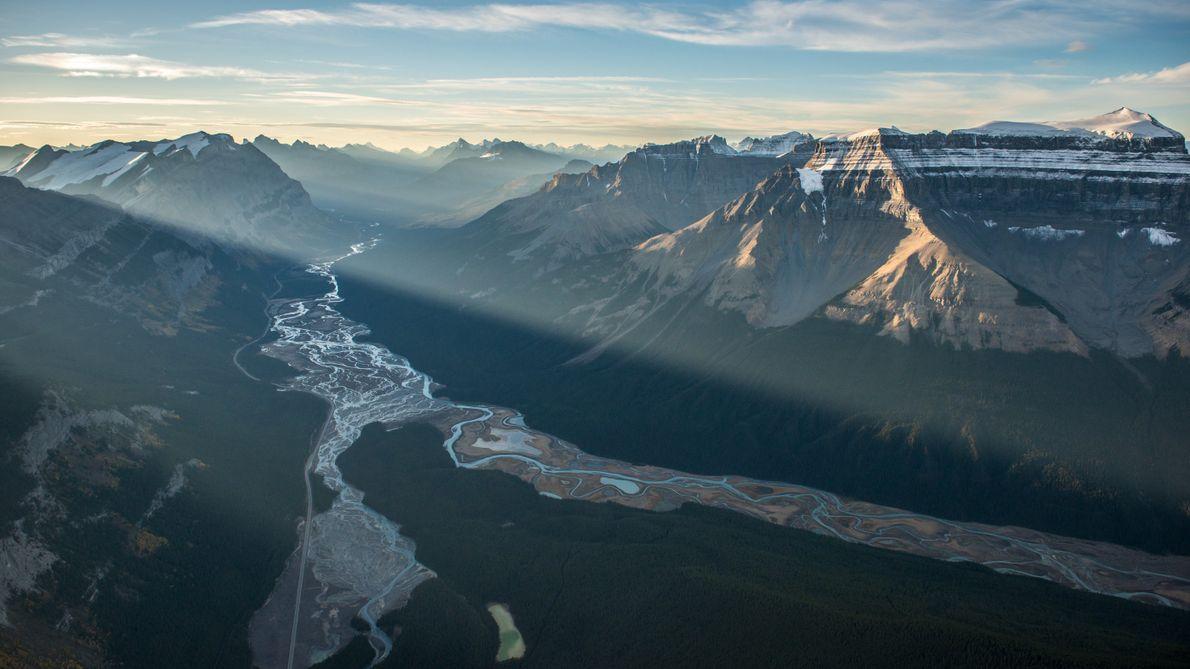 Blick auf den Saskatchewan River am Icefields Parkway im Banff Nationalpark.