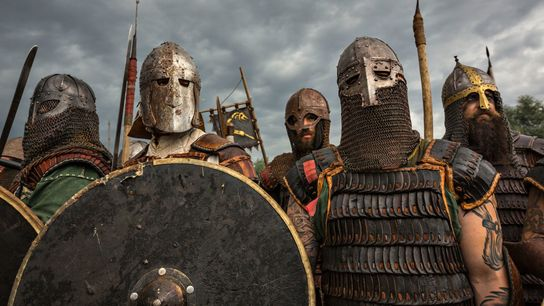 Reenactors in Rüstungen bereiten sich während des Festivals der Slawen und Wikinger im polnischen Wolin auf ...