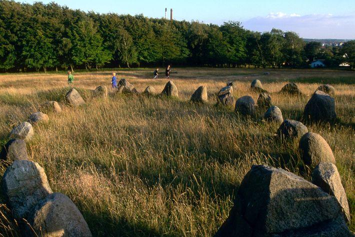Wikingergrabstätten – wie diese Stätte mit schiffsförmigen Gräbern in der Nähe von Aalborg in Dänemark – ...