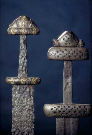 Artefakte der Wikinger, wie diese Schwerter und Helme aus archäologischen Stätten im heutigen Norwegen, helfen den ...