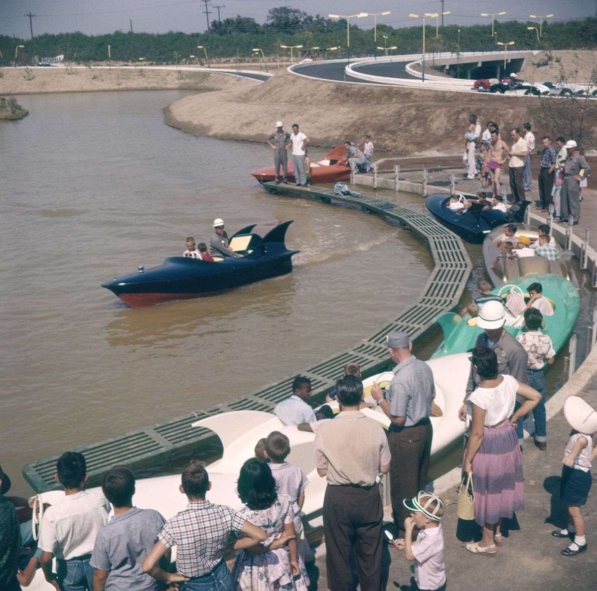 """Die Attraktion """"Tomorrowland's Boats"""" eröffnete im Juli 1955 und war die erste Dauerattraktion, die wieder geschlossen ..."""