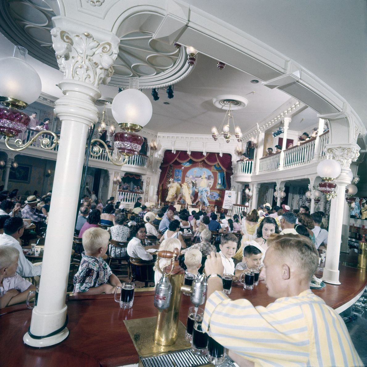 """Der Kinder-Saloon """"Golden Horseshoe"""" gehörte zu den Originalgebäuden Disneylands. Nach Tausenden von Performances galt die """"Golden ..."""