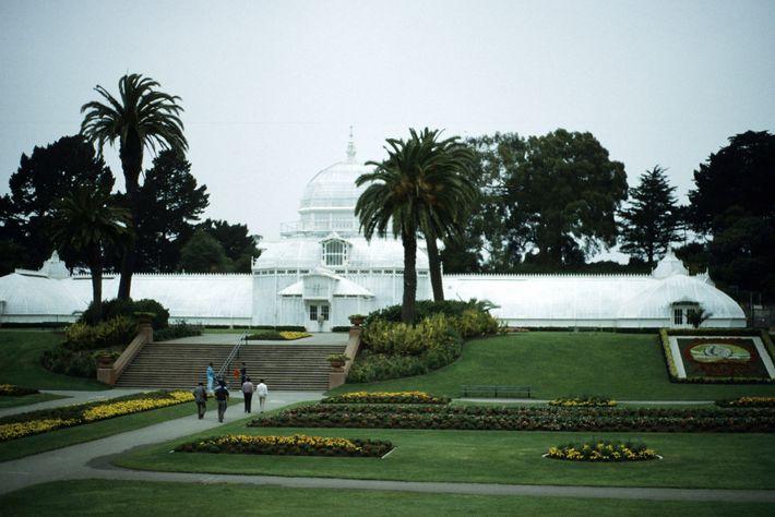 Menschen gehen 1967 Richtung Eingang des botanischen Gartens in San Francisco.