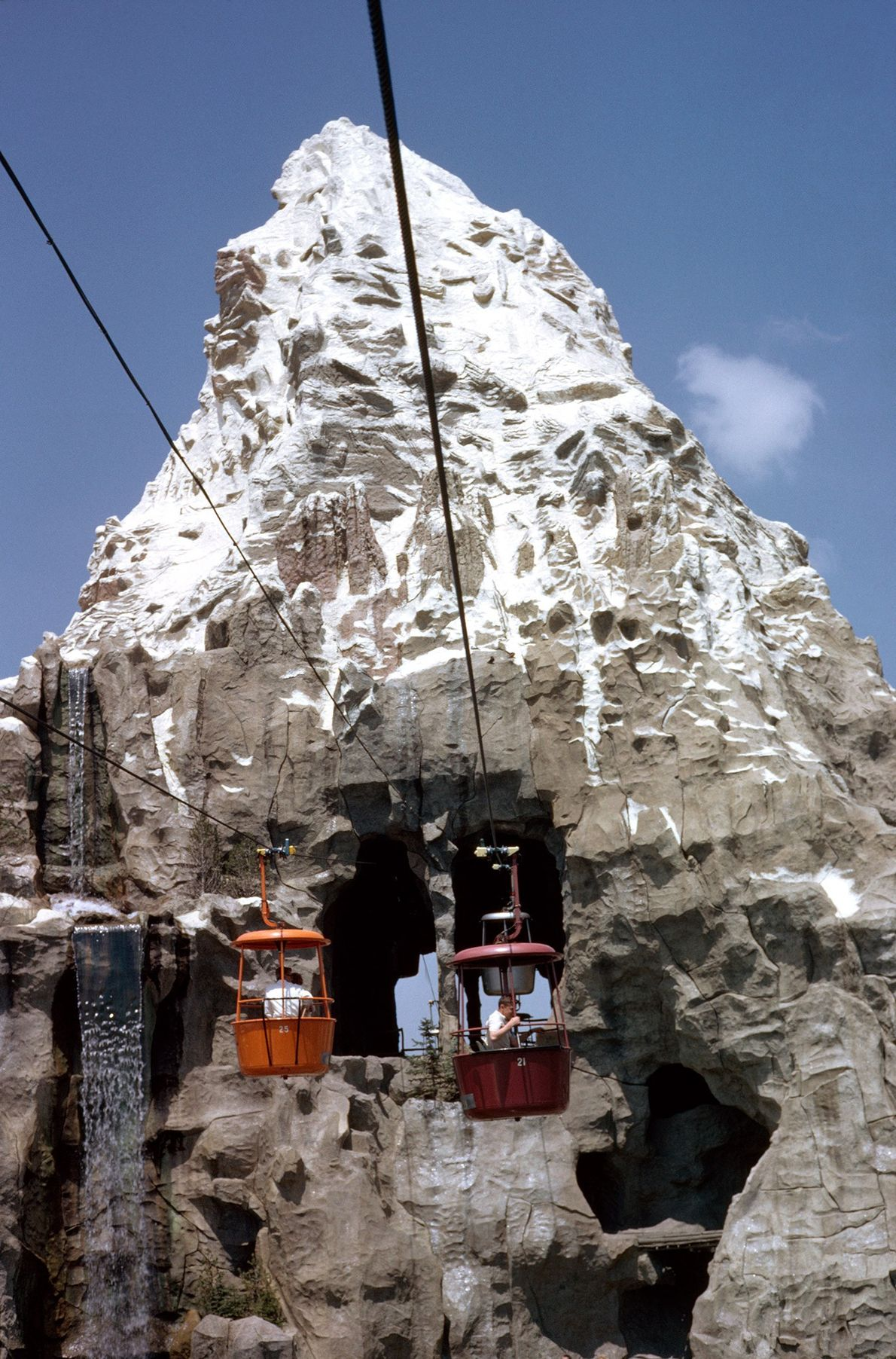 Eine Gondel trägt Gäste durch das Matterhorn in Disneyland. Walt Disney verliebte sich in das echte ...