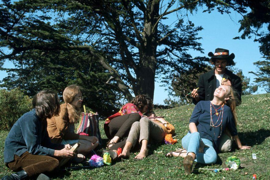 Ein Mann bemalt im Sommer der Liebe 1967 das Gesicht einer Frau in Haight-Ashbury.